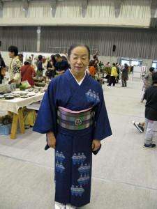 綾紬の藍染の着物をお召しの、秋山夫人。